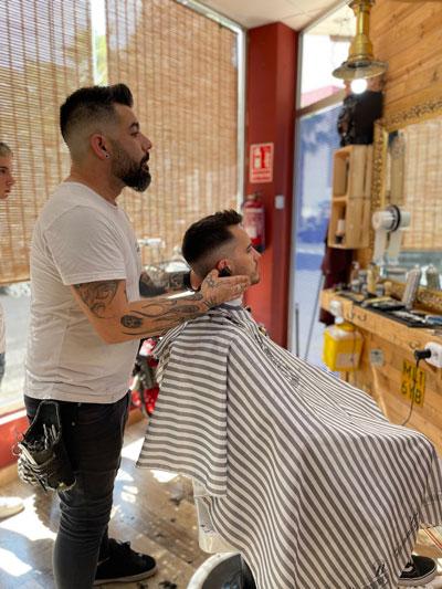 Javi Santillana, barbería en Puerto de Mazarrón, Barber Shop en El Mono Manco Beach