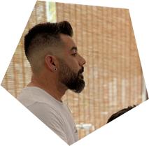 Javi Santillana, barbero peluquero en El Mono Manco Beach en Puerto de Mazarrón