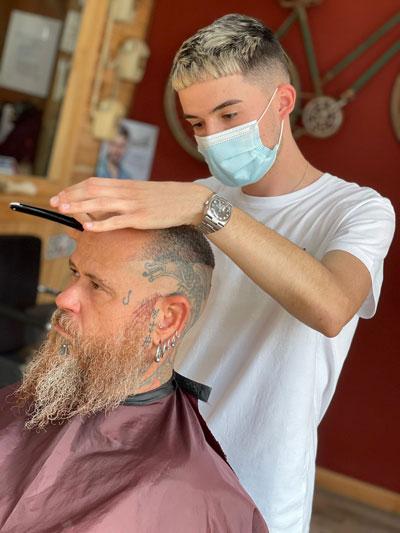 Corte de pelo con cuchilla, Barber Shop en Puerto de Mazarrón por Pablo Vera